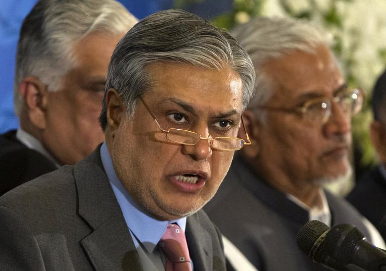 Pakistan's Finance Minister Ishaq Dar announces the result of the first auction for 3G mobile phone networks during a news conference in Islamabad April 23, 2014. REUTERS/Mian Khursheed