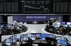 A curva do painel do índice alemão de preço de ações DAX, na bolsa de valores de Frankfurt. As ações europeias interromperam três dias de alta nesta quarta-feira, uma vez que o setor de tecnologia foi afetado por resultados decepcionantes da Ericsson e da designer de chips ARM Holdings. 23/04/2014 REUTERS/Remote/Stringer