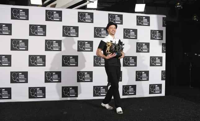 Justin Timberlake poses with his multiple Moonman awards during the 2013 MTV Video Music Awards in New York August 25, 2013. REUTERS/Carlo Allegri