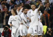 Karim Benzema (D) comemora gol do Real Madrid sobre o Bayern de Munique na semifinal da Liga dos Campeões, nesta quarta-feira. REUTERS/Sergio Perez