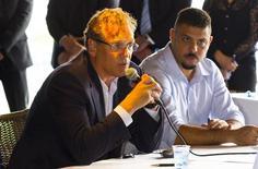 O secretário-geral da Fifa, Jérôme Valcke, concede entrevista ao lado de Ronaldo na Arena Pantanal, em Cuiabá, nesta quarta-feira. REUTERS/Marcos Lopes