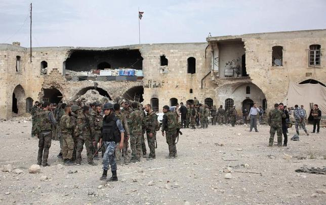 Forces loyal to Syria's President Bashar al-Assad gather inside the government- controlled Hanano barracks after what they said was an offensive against them by Free Syrian Army fighters in Aleppo April 17, 2014. REUTERS/George Ourfalian