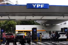 Estación de servicio de YPF, Buenos Aires, nov 26, 2013. La Cámara de Diputados de Argentina aprobó en la madrugada del jueves un acuerdo para que el país sudamericano compense a la firma española Repsol con alrededor de 5.000 millones de dólares en títulos públicos por la nacionalización de la petrolera YPF hace dos años. REUTERS/Marcos Brindicci