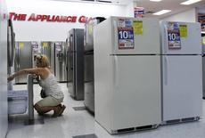Una mujer revisa unos refrigeradores en una tienda en Nueva York, jul 28 2010. Los pedidos de productos manufacturados estadounidenses de larga duración subieron más de lo previsto en marzo mientras que una medición de los planes de gasto de capital de las empresas aumentó con fuerza, apuntalando la visión de una aceleración del crecimiento en el segundo trimestre. REUTERS/Shannon Stapleton