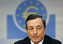El presidente del Banco Central Europeo, Mario Draghi, en la conferencia de prensa mensual del organismo en Fráncfort, abr 3 2013. El Banco Central Europeo podría embarcarse en un plan amplio de compras de activos si empeora el panorama de inflación de la zona euro, dijo el presidente del BCE, Mario Draghi, y agregó que el fortalecimiento del euro también podría provocar una acción de política monetaria. REUTERS/Ralph Orlowski