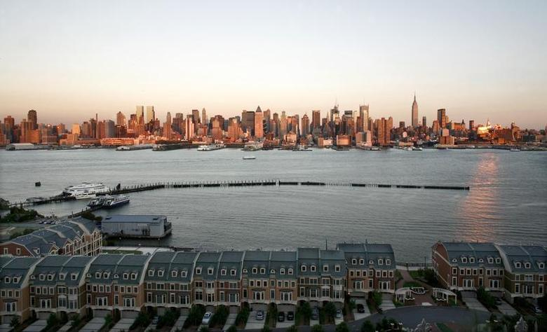 Townhouses on the Hudson River in Weehawken, New Jersey are pictured across from New York September 13, 2007. REUTERS/Gary Hershorn