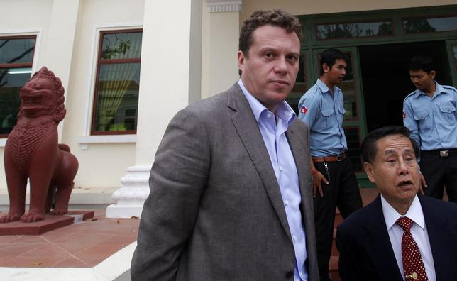 Russian tycoon Sergei Polonsky (C) and his lawyer (wearing tie) speak to the media at the Appeal Court in central Phnom Penh January 13, 2014. REUTERS/Samrang Pring