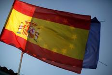 """Fitch a relevé la note souveraine de l'Espagne à """"BBB+"""", contre """"BBB"""", avec une perspective stable. Dans un communiqué, l'agence explique que les risques associés à la crédibilité des finances publiques espagnoles ont diminué depuis sa décision, en juin 2012, d'abaisser la note à """"BBB"""". /Photo d'archives/REUTERS/Jon Nazca"""