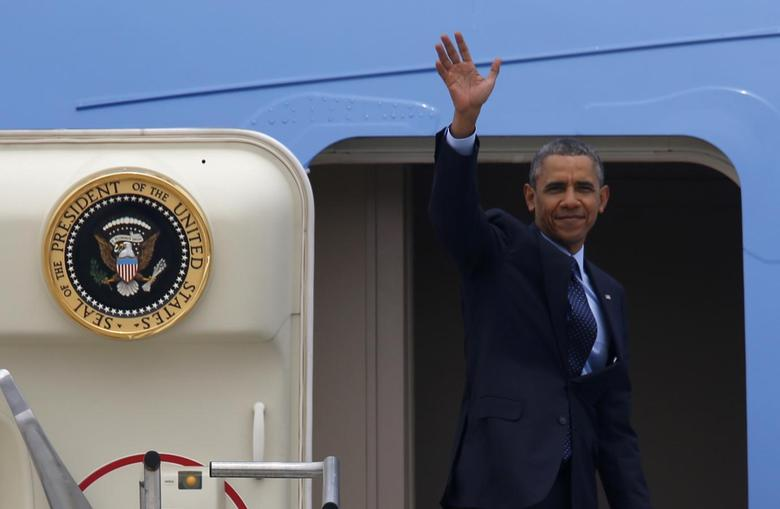 U.S. President Barack Obama waves before boarding Air Force One at Osan Air Base, as he leaves South Korea for Malaysia, in Pyeongtaek April 26, 2014. REUTERS/Kim Hong-Ji