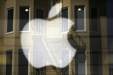 """Logo de Apple proyectado en la vitrina de una tienda, Marina, San Francisco, California, abr 23, 2014. Apple ha ofrecido reemplazar los botones de encendido y apagado defectuosos en el iPhone 5, y dijo el viernes que se trata de un fallo presente en un """"porcentaje muy bajo"""" de la anterior generación de teléfonos avanzados. REUTERS/Robert Galbraith"""