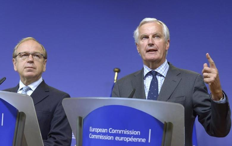 Bank of Finland Governor Erkki Liikanen, who led the group of academics and experts set up by the European Commission (L) and Michel Barnier, the European Commissioner in charge of regulation hold a joint news conference in Brussels October 2, 2012. REUTERS/Eric Vidal