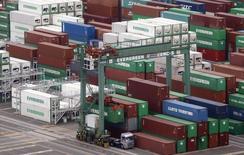 """Le port de Tokyo. Le Japon et les Etats-Unis ont trouvé un """"terrain d'entente"""" pour conclure un pacte commercial bilatéral mais n'auront sans doute pas levé tous les obstacles à cet accord d'ici une réunion à la mi-mai des négociateurs du Traité trans-pacifique (TPP), selon un haut responsable nippon. /Photo prise le 19 mars 2014/REUTERS/Yuya Shino"""