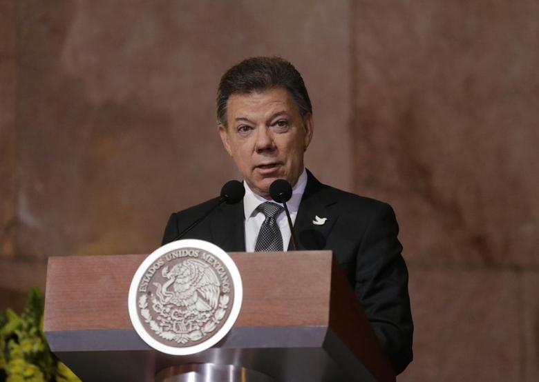 Colombia's President Juan Manuel Santos addresses the audience during a public viewing of the urn containing the ashes of late Colombian Nobel laureate Gabriel Garcia Marquez in Mexico City, April 21, 2014. REUTERS/Henry Romero
