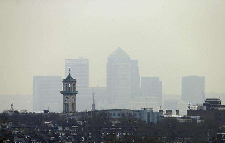 Smog surrounds the Canary Wharf financial district in London April 3, 2014. REUTERS/Suzanne Plunkett