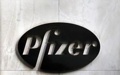 Logo da Pfizer fotografado na fachada da sede mundial da empresa, em Nova York. A Pfizer trabalha nos próximos passos de uma potencial oferta de 100 bilhões de dólares pela britânica AstraZeneca, após ter duas propostas rejeitadas. 5/11/2013. REUTERS/Adam Hunger