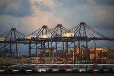 Unos vehículos y contenedores en el puerto mexicano de Lázaro Cárdenas, nov 20 2013. México registró un déficit de 373 millones de dólares en la balanza comercial desestacionalizada de marzo debido a una baja en las exportaciones petroleras que no pudo ser compensada por un débil crecimiento de los envíos de manufacturas, dijo el lunes el instituto de estadísticas. REUTERS/Edgard Garrido