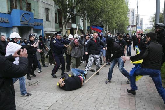 Pro-Russian men attack pro-Ukrainian supporters during a pro-Ukrainian rally in Donetsk, eastern Ukraine April 28, 2014. REUTERS/Baz Ratner