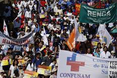 Imagen de archivo de una manifestación de empleados del sector público de salud en Santiago, sep 13 2011. La tasa de desempleo en Chile habría subido al 6,3 por ciento en el trimestre móvil enero-marzo, en momentos de una desaceleración de la actividad doméstica y un menor dinamismo en la creación de puestos de trabajo, mostró el lunes un sondeo de Reuters. REUTERS/Ivan Alvarado