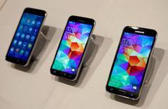 Samsung Electronics a vendu 89 millions de smartphones au premier trimestre, 28% de plus qu'il y a un an, mais sa part de marché s'est effritée au profit de ses concurrents chinois, selon une étude publiée mardi par la firme de recherche Strategy Analytics. /Photo d'archives/REUTERS/Albert Gea