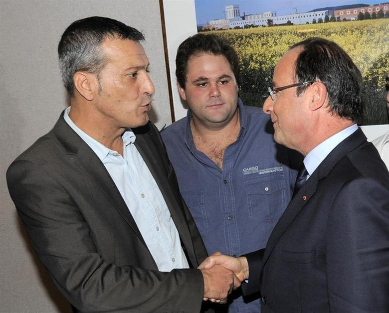 French President Francois Hollande (R) greets Edouard Martin (L), CFDT labour union representative of Arcelor Mittal Florange blast furnace, during a meeting with the unions and workers at the Arcelor-Mittal headquarters in Florange, September 26, 2013. REUTERS/Nicolas Bouvy/Pool