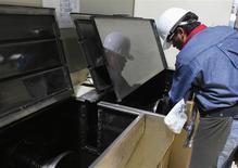 Un trabajador en las labores de mantenimiento de equipos en la planta de la acerera TIM en Huamantla, México, oct 11 2013. La economía de América Latina y el Caribe crecería un 2,7 por ciento en 2014, menos que en una estimación anterior, ante un panorama externo incierto y porque se anticipa un desempeño más débil de Brasil y México, dijo el martes la CEPAL. REUTERS/Tomas Bravo
