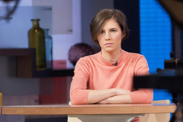 Amanda Knox sits alone before being interviewed on the set of ABC's ''Good Morning America'' in New York January 31, 2014. REUTERS/Andrew Kelly