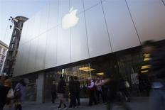 Unas personas pasan junto a una tienda de Apple en San Francisco, nov 29 2013. Samsung solamente transformó el mercado de smartphones copiando la tecnología del iPhone, dijo un abogado de Apple el martes, en la presentación de los alegatos finales de ambas compañías en el juicio por patentes de dispositivos móviles que desde hace un mes las enfrenta. REUTERS/Stephen Lam