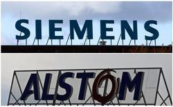 Imagen combinada de los logos de Siemens Ag y Alstom. La compañía alemana Siemens dijo el martes que presentaría una oferta al grupo de ingeniería francés Alstom, si se le permite disponer de un periodo de cuatro semanas para examinar los libros contables de la firma y elaborar un plan detallado a fin de poder rivalizar con una propuesta de General Electric. REUTERS/Staff/Files