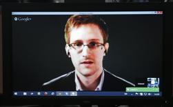 El ex analista de inteligencia estadounidense Edward Snowden en una conferencia de video con miembros del comité de Asuntos legales y de Derechos Humanos del Consejo Europeo en Estrasburgo, Francia, abr 8 2014. Los terroristas cambiaron sustancialmente sus métodos de comunicación desde las filtraciones del ex analista de inteligencia estadounidense Edward Snowden, dificultando la tarea de las agencias de inteligencia de rastrearlos, dijo el martes un funcionario de seguridad británico de alto nivel. REUTERS/Vincent Kessler