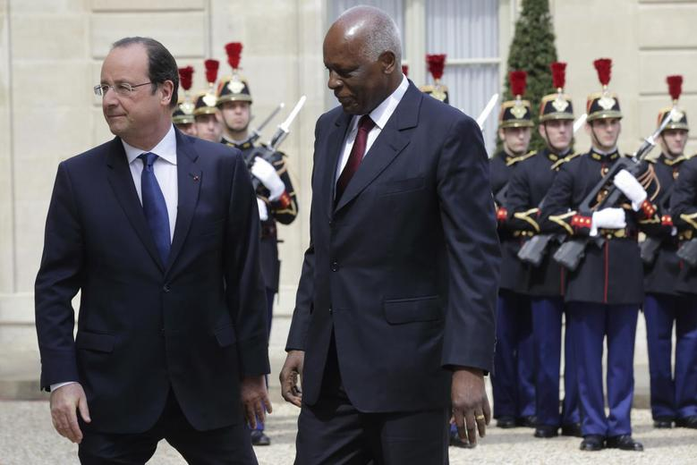 French President Francois Hollande (L) welcomes Angola's President Jose Eduardo dos Santos at the Elysee Palace in Paris, April 29, 2014. REUTERS/Philippe Wojazer