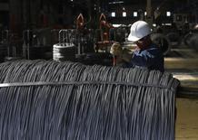 Un trabajador revisa un cable de acero en la planta de TIM en Huamantla, México, oct 11 2013. El Departamento de Comercio estadounidense confirmó el martes sus planes de imponer gravámenes a productos de acero para líneas férreas y otros usos desde China y México, luego de encontrar que los productos eran vendidos a precios injustamente bajos. REUTERS/Tomas Bravo