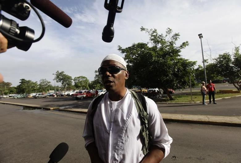 William Potts speaks to reporters outside Havana's Jose Marti International Airport, before boarding a plane to the U.S. November 6, 2013. REUTERS/Desmond Boylan