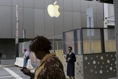 La tienda insigne de Apple en San Francisco, EEUU, ene 27 2014. Apple lanzó el martes bonos por 12.000 millones de dólares en siete tramos en la segunda incursión en el mercado de deuda en su historia, reportó IFR, un servicio de información financiera de Thomson Reuters. REUTERS/Robert Galbraith