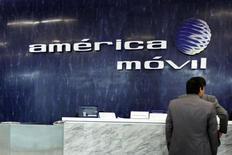 La operadora mexicana de telecomunicaciones América Móvil, líder del mercado latinoamericano de telefonía celular, reportó el martes una caída del 48 por ciento interanual en sus ganancias netas del primer trimestre, afectadas por fuertes pagos de intereses. Ciudad de México, 14 de febrero de 2013. REUTERS/Edgard Garrido