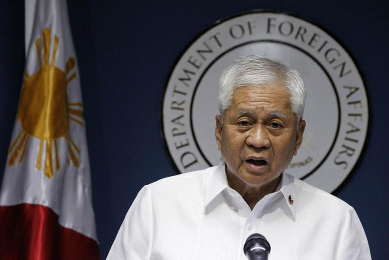 Philippine Foreign Secretary Albert del Rosario delivers a statement during a news conference in Manila March 30, 2014. REUTERS/Romeo Ranoco