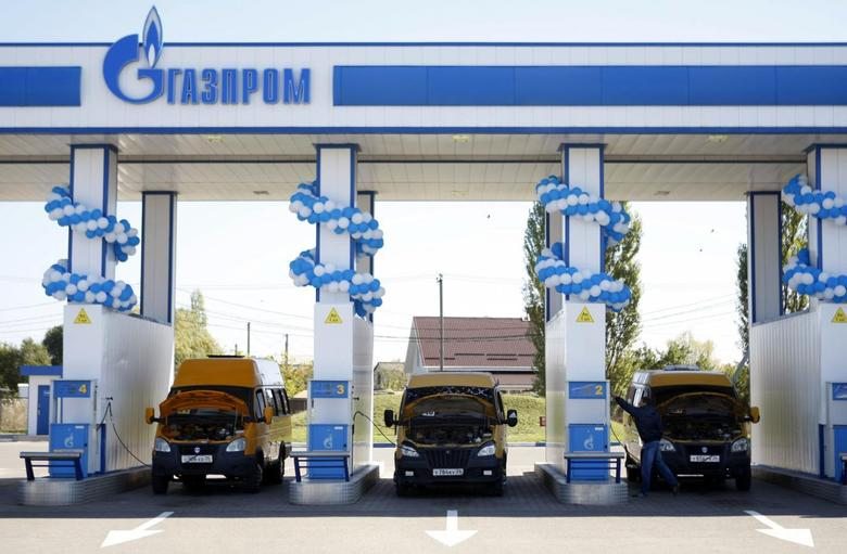 Vehicles are seen at a gas filling station, owned by Gazprom Transgaz Stavropol, with the company logo of Russian natural gas producer Gazprom seen on the station, in Stavropol in southern Russia, October 9, 2013. REUTERS/Eduard Korniyenko