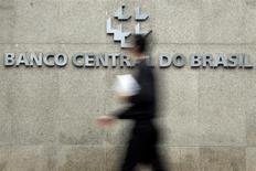 Un transeúnte camina frente al logo del Banco Central de Brasil en su oficina principal en Brasilia. 15 de enero, 2014. REUTERS/Ueslei Marcelino
