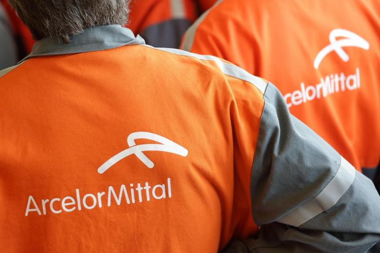 Workers listen to French President's speech during a visit at ArcelorMittal steel factory in Florange, Eastern France, September 26, 2013. REUTERS/Philippe Wojazer