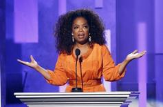 En la imagen de archivo, Oprah Winfrey da un discurso durante un tributo a Mandela en la gala de entrega de los premios NAACP Image Awards en Pasadena, California, el 24 de febrero de 2014. REUTERS/Danny Moloshok. La estrella de televisión estadounidense Oprah Winfrey está en conversaciones con el magnate de los medios de comunicación David Geffen y el presidente ejecutivo Oracle, Larry Ellison, para hacer una oferta por la franquicia de la NBA Los Angeles Clippers, dijo el miércoles su portavoz.