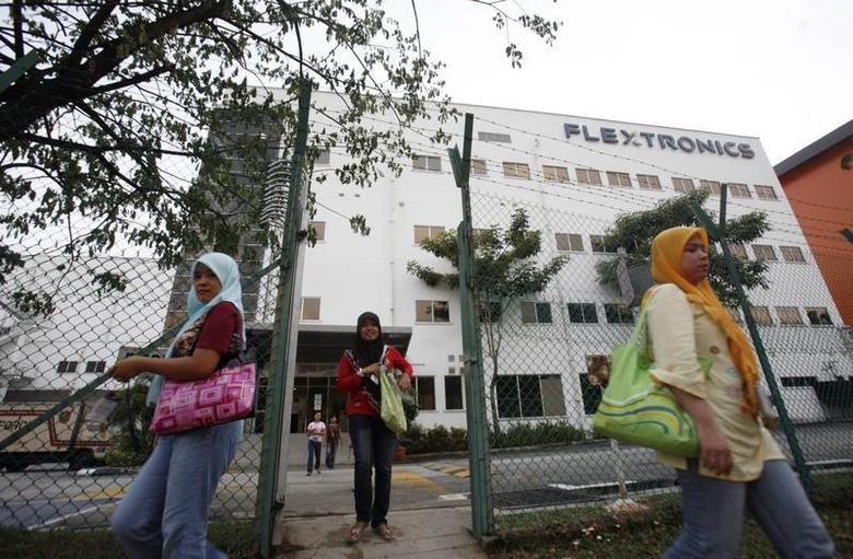 Workers of Flextronics International leave after work in Shah Alam outside Kuala Lumpur March 4, 2009. REUTERS/Bazuki Muhammad