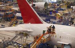 Trabajos de ensambladura de un 787 Dreamliner, North Charleston, Carolina del Sur, dic 19, 2013. La actividad manufacturera de Estados Unidos se moderó por segundo mes seguido en abril, aunque el ritmo de expansión continuó fuerte, mostró el jueves un reporte sectorial. REUTERS/Randall Hill/Files