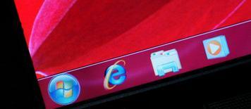 Microsoft a diffusé jeudi une mise à jour d'urgence destinée à corriger une faille critique dans son navigateur Internet Explorer, dévoilée le week-end dernier et qui a déjà été exploitée par des pirates informatiques. /Photo d'archives/REUTERS/Bobby Yip