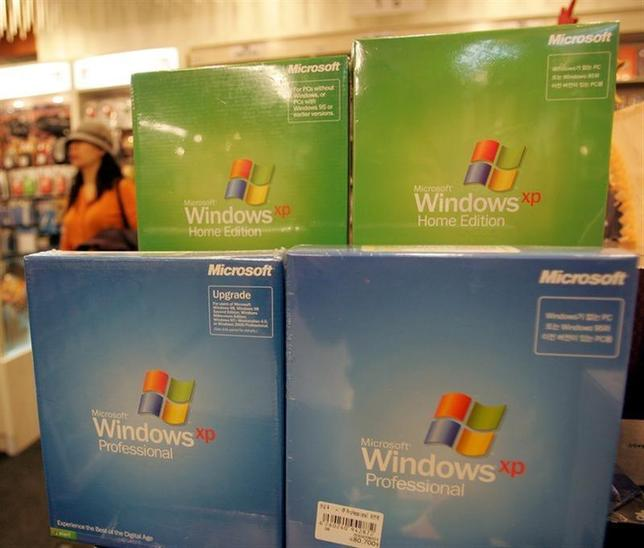 Microsoft Corp's Windows XP software products are displayed at a shop in Seoul November 8, 2004. REUTERS/You Sung-Ho
