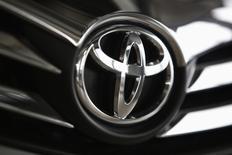 El logo de Toyota en un vehículo al interior de una concesionaria en Varsovia, abr 11 2014. La industria automotriz de Estados Unidos se recuperó fuertemente en abril tras un duro y prolongado invierno, ya que cuatro de los seis principales fabricantes de vehículos reportaron el jueves aumentos interanuales en sus ventas. REUTERS/Kacper Pempel