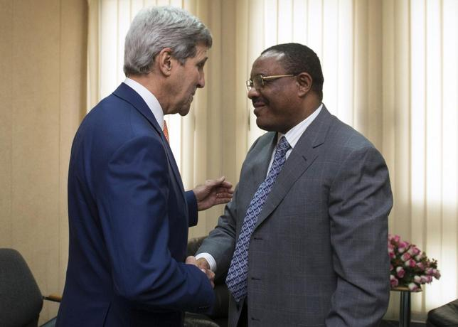 Ethiopian Prime Minister Hailemariam Desalegn (R) shakes hands with U.S. Secretary of State John Kerry before meetings held at the United Nations Economic Commission for Africa (UNECA) in Addis Ababa May 1, 2014. REUTERS/Saul Loeb/Pool