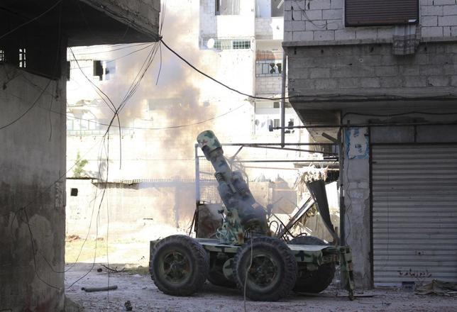 Rebel fighters fire an artillery cannon towards forces loyal to Syria's President Bashar al-Assad in eastern al-Ghouta, near Damascus April 30, 2014. REUTERS/Ammar Al-Bushy