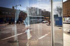 Mujer revisa su teléfono mientras participa en la feria laboral NYC Startup Job Fair, Nueva York, abr 11, 2014. La creación de empleos en Estados Unidos alcanzó en abril su ritmo más fuerte en más de dos años, mientras que la tasa de desempleo bajó a 6,3 por ciento, el mínimo en cinco años y medio, sugiriendo un sólido repunte de la actividad económica a inicios del segundo trimestre. REUTERS/Carlo Allegri