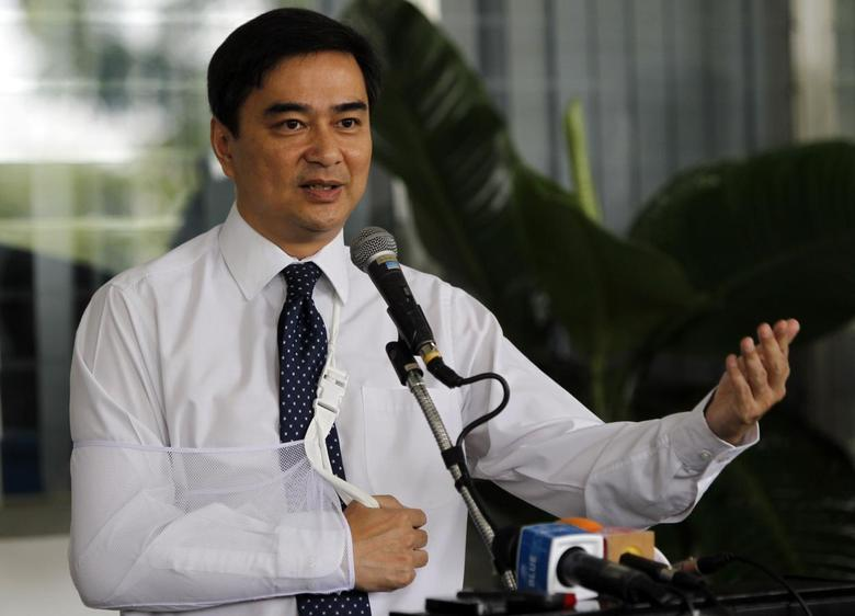 Thailand's opposition leader and former Prime Minister Abhisit Vejjajiva gestures during a news conference at the Royal Thai Armed Forces Command headquarters in Bangkok April 28, 2014. REUTERS/Chaiwat Subprasom