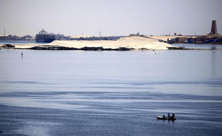 A fisherman travels on a boat with his family across the Suez canal near Ismailia port city, northeast of Cairo May 1, 2014. REUTERS/Amr Abdallah Dalsh