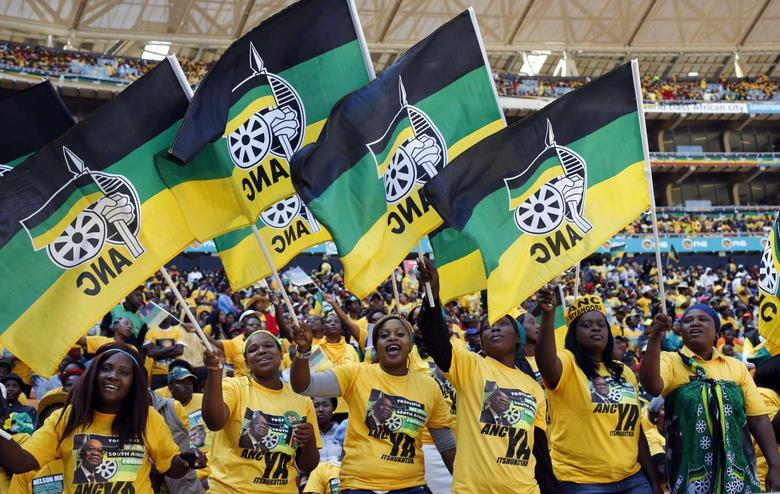 Supporters of South Africa's President Jacob Zuma's ruling African National Congress (ANC) cheer during their party's final election rally in Soweto, May 4, 2014. REUTERS/Mike Hutchings